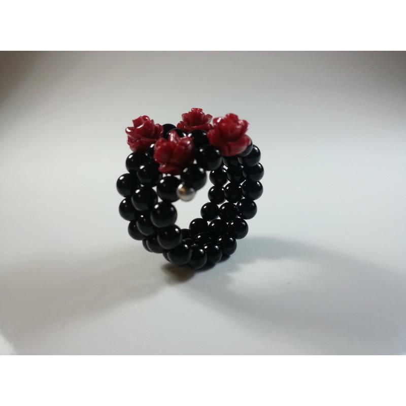 Anello a spirale in agata nera e roselline in resina di corallo rosso