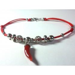 Bracciale cordoncino rosso con charms in argento e corno corallo naturale